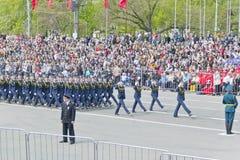 Os midshipmans da mulher do russo marcham na parada na vitória anual Fotos de Stock Royalty Free
