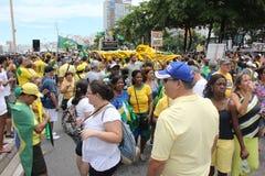 Os milhares de brasileiros vão às ruas protestar contra o núcleo Fotografia de Stock