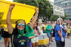 Os milhares de brasileiros vão às ruas protestar contra o núcleo Foto de Stock Royalty Free