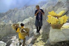 Os mineiros do enxofre tomam um curto intervalo imagem de stock