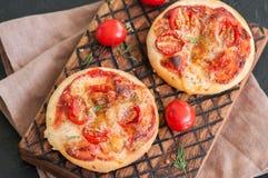 Os mini margheritas das pizzas serviram sobre em uma placa de madeira Pedra preta Fotografia de Stock Royalty Free