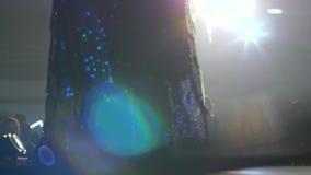 Os modelos em vestidos de noite chiques fecham-se acima do levantamento na passarela no fundo do fumo e iluminam-se vídeos de arquivo
