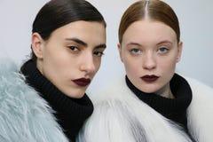Os modelos levantam durante a apresentação de Helen Yarmak durante a queda 2015 de MBFW Imagens de Stock
