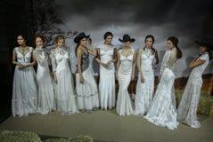 Os modelos levantam na mostra 2016 da pista de decolagem de Claire Pettibone Bridal SS Fotografia de Stock