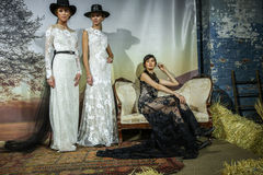 Os modelos levantam na mostra 2016 da pista de decolagem de Claire Pettibone Bridal SS Foto de Stock Royalty Free