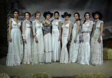 Os modelos levantam na mostra 2016 da pista de decolagem de Claire Pettibone Bridal SS Imagem de Stock