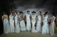 Os modelos levantam na mostra 2016 da pista de decolagem de Claire Pettibone Bridal SS Imagem de Stock Royalty Free
