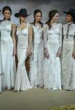 Os modelos levantam na mostra 2016 da pista de decolagem de Claire Pettibone Bridal SS Fotografia de Stock Royalty Free