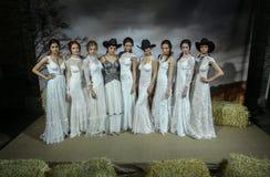 Os modelos levantam na mostra 2016 da pista de decolagem de Claire Pettibone Bridal SS Imagens de Stock Royalty Free