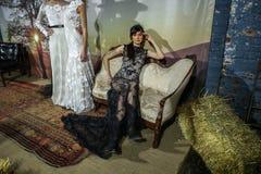 Os modelos levantam na mostra 2016 da pista de decolagem de Claire Pettibone Bridal SS Foto de Stock