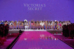 Os modelos levantam na pista de decolagem durante o desfile de moda 2015 do segredo do ` s de Victoria Imagens de Stock