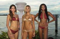 Os modelos levantam no fato da nadada do desenhista durante a apresentação da forma de Bunny Swimwear da praia Fotos de Stock Royalty Free
