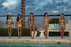 Os modelos levantam no fato da nadada do desenhista durante a apresentação da forma de Bunny Swimwear da praia Imagens de Stock