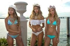Os modelos levantam no fato da nadada do desenhista durante a apresentação da forma de Bunny Swimwear da praia Foto de Stock