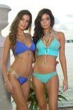 Os modelos levantam no fato da nadada do desenhista durante a apresentação da forma de Bunny Swimwear da praia Fotografia de Stock Royalty Free
