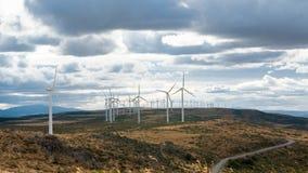 Os moinhos de vento bonde moveram-se pelo vento sobre o fundo do céu nebuloso Fotos de Stock