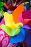 Os moinhos de vento das crianças em Cornualha Reino Unido Inglaterra fotos de stock royalty free