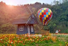 Os moinhos de vento e os balões no parque Imagens de Stock