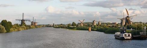 Os moinhos de vento holandeses aproximam Kinderdijk, os Países Baixos Fotografia de Stock Royalty Free