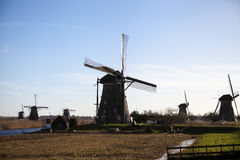 Os moinhos de vento holandeses velhos, Holanda, extensões rurais Moinhos de vento, o símbolo da Holanda Imagens de Stock