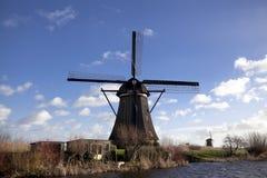 Os moinhos de vento holandeses velhos, Holanda, extensões rurais Moinhos de vento, o símbolo da Holanda Imagem de Stock