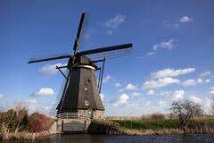 Os moinhos de vento holandeses velhos, Holanda, extensões rurais Moinhos de vento, o símbolo da Holanda Fotografia de Stock