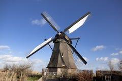 Os moinhos de vento holandeses velhos, Holanda, extensões rurais Moinhos de vento, o símbolo da Holanda Fotos de Stock