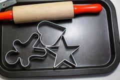 Os moldes do pino e da cookie do rolo estão no molho, cozinhando artigos fotografia de stock