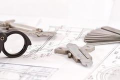 Os moldes para o controle visual da medida estão na tubulação do desenho Foto de Stock Royalty Free