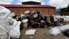 Os montões de restos plásticos encontram-se contra o céu azul vídeos de arquivo