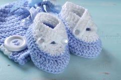 Os montantes azuis e brancos do berçário do bebê de lãs fecham-se acima Imagens de Stock