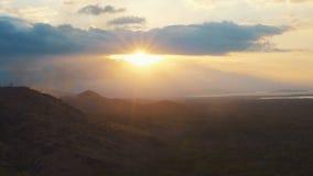 Os montes ajardinam no por do sol, fogo pequeno no monte vídeos de arquivo