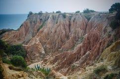 Os montes perto do Praia fazem a praia de Camilo perto de Lagos, Portugal Imagens de Stock