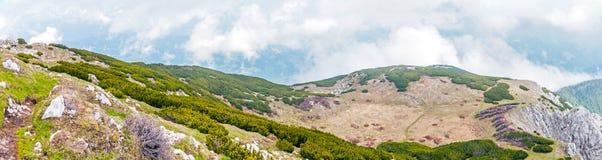 Os montes rochosos na inclinação sul do Peca repicam fotos de stock royalty free