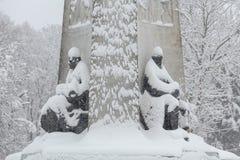 Os monumentos ao guerreiro e ao trabalhador sob a neve Imagem de Stock Royalty Free