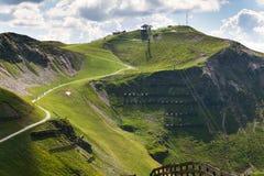 Os motociclistas arrastam à estação da montanha de Schattberg-Ost, Saalbach-Hinterglemm, cumes, Áustria Imagens de Stock
