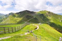 Os motociclistas arrastam à estação da montanha de Schattberg-Ost, Saalbach-Hinterglemm, cumes, Áustria Imagens de Stock Royalty Free