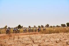 Os motociclistas da estrada agrupam a competência na estrada rural no deserto Imagem de Stock Royalty Free