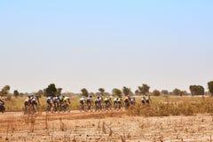 Os motociclistas da estrada agrupam a competência na estrada rural no deserto Imagem de Stock