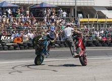 Os motociclistas desconhecidos do conluio mantem distraído a audiência foto de stock royalty free