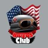 Os motociclistas do vintage batem o logotipo com a bandeira americana de Confiderate ilustração do vetor