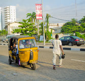 Os motoristas de tuks amarelos do tuk exercem seu comércio em torno da cidade de porto Fotografia de Stock