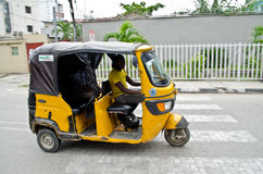 Os motoristas de tuks amarelos do tuk exercem seu comércio em torno da cidade de porto Imagem de Stock Royalty Free