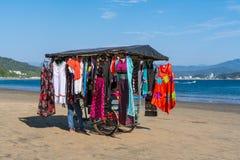 Os movimentos da loja de roupa da rua através da praia de Manzanillo Colima México fotografia de stock royalty free