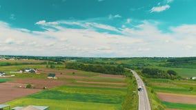 Os movimentos da vista aérea abaixam do céu etéreo aos subúrbios bonitos com casas impressionantes e jardas ajardinadas vídeos de arquivo