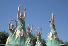 Os movimentos dos dançarinos de bailado adolescentes são graciosos Fotos de Stock Royalty Free