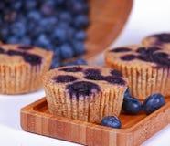 Os muffin de blueberry inteiros do trigo fizeram fresco fotografia de stock royalty free