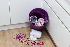 Os multi comprimidos coloridos expiram, deixado cair no lixo imagens de stock