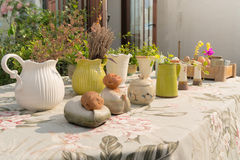 Os multi potenciômetros de flor na flor cobrem a mesa Fotografia de Stock Royalty Free