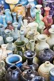 Os multi vasos coloridos, velhos frascos no Panjiayuan introduzem no mercado o Pequim, porcelana, Ásia Imagem de Stock